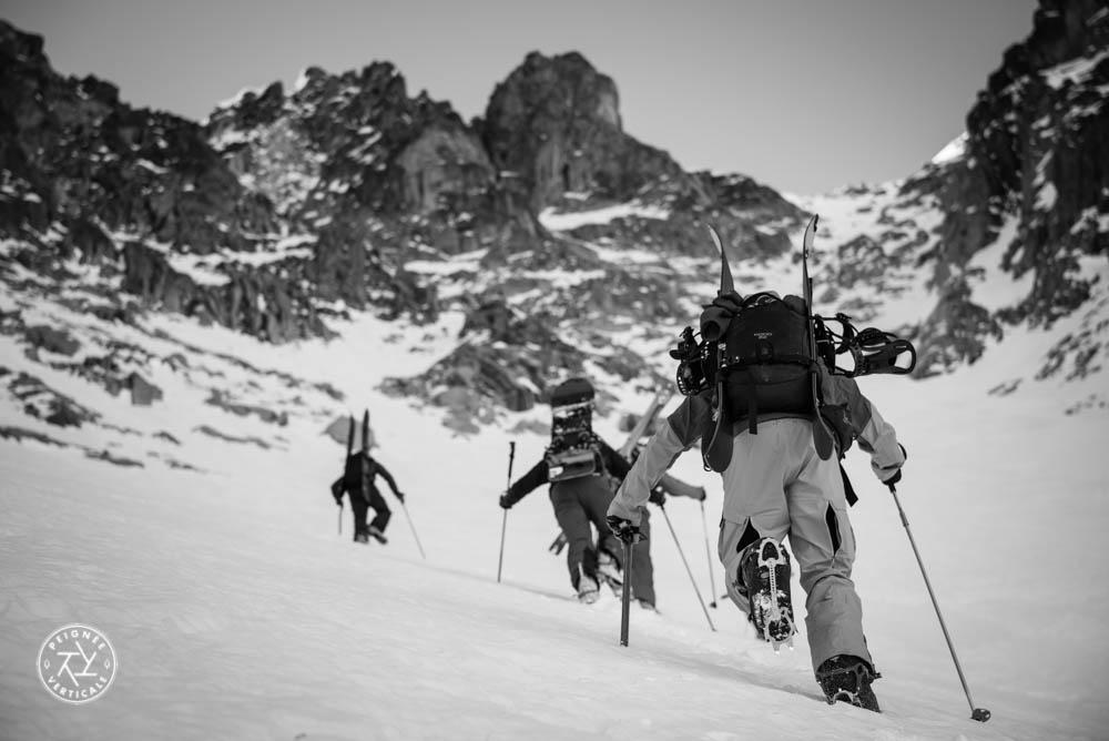 Alpinistes remontant un couloir en crampons
