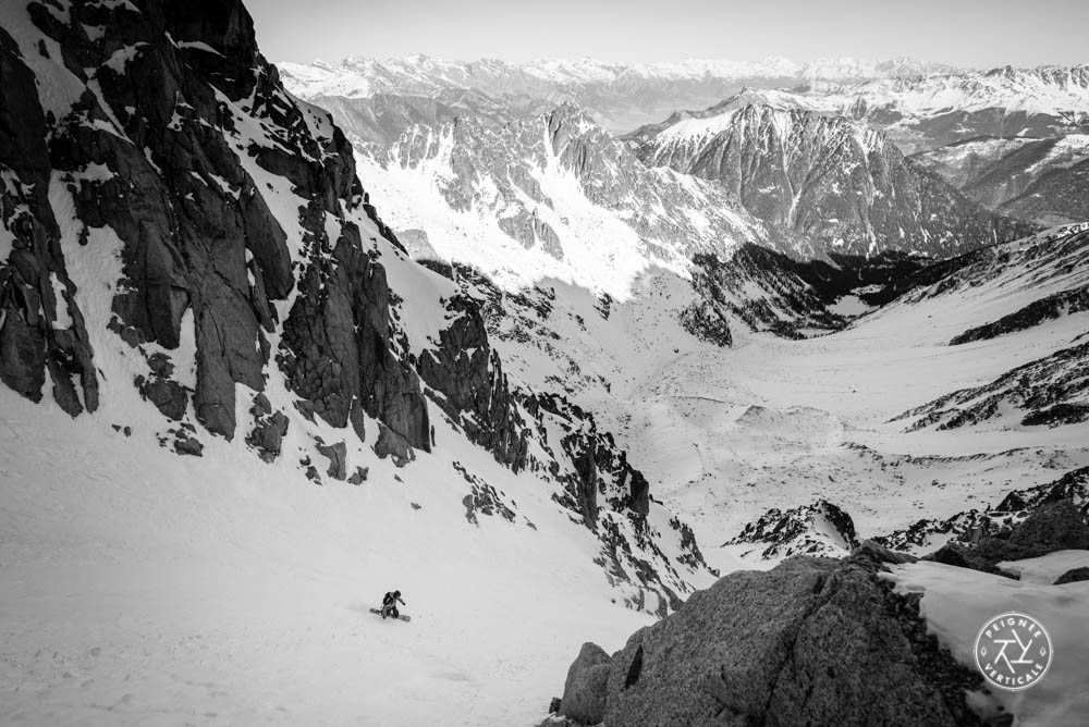 Roch Malnuit descend un couloir en splitboard