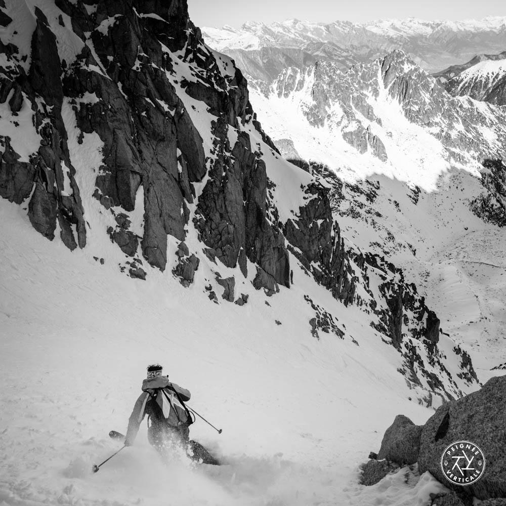 Vivian Bruchez descend un couloir à ski