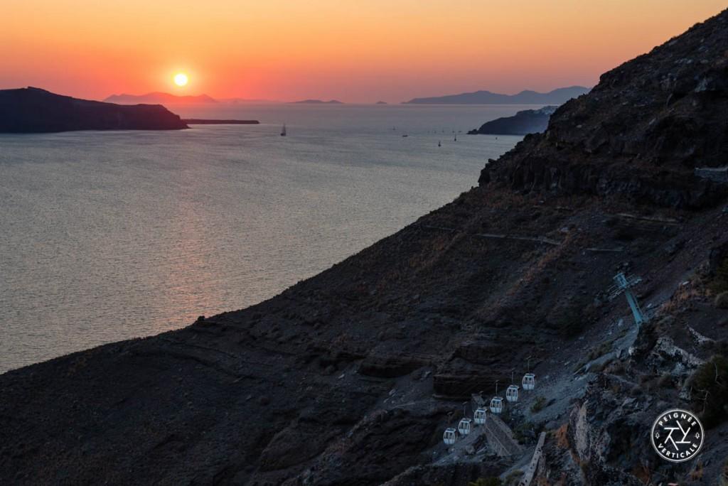 Le télécabine menant du port à Fira permet aux croisiéristes de visiter l'île à la journée. On peut aussi prendre les marches...