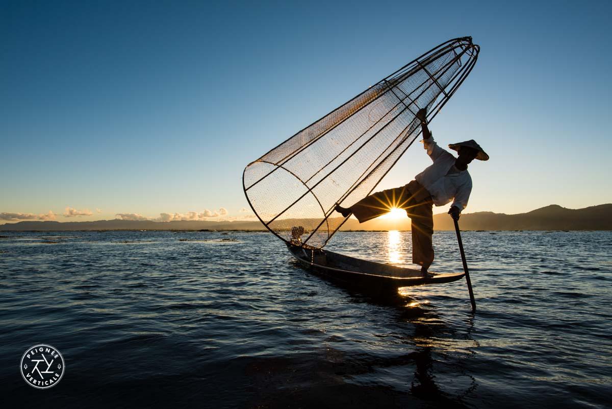 Lac INle, Birmanie - Pêcheur au coucher de soleil