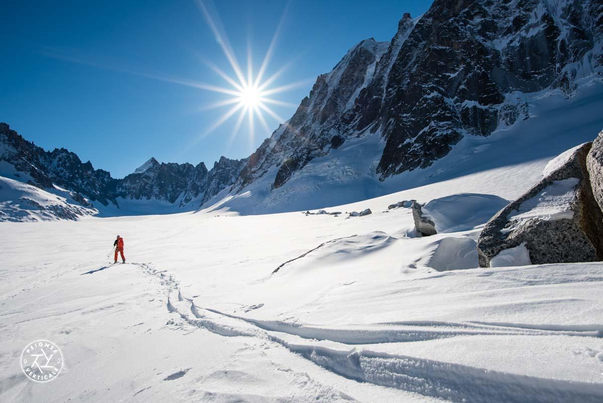 Skieur solitaire dans le bassin d'Argentière
