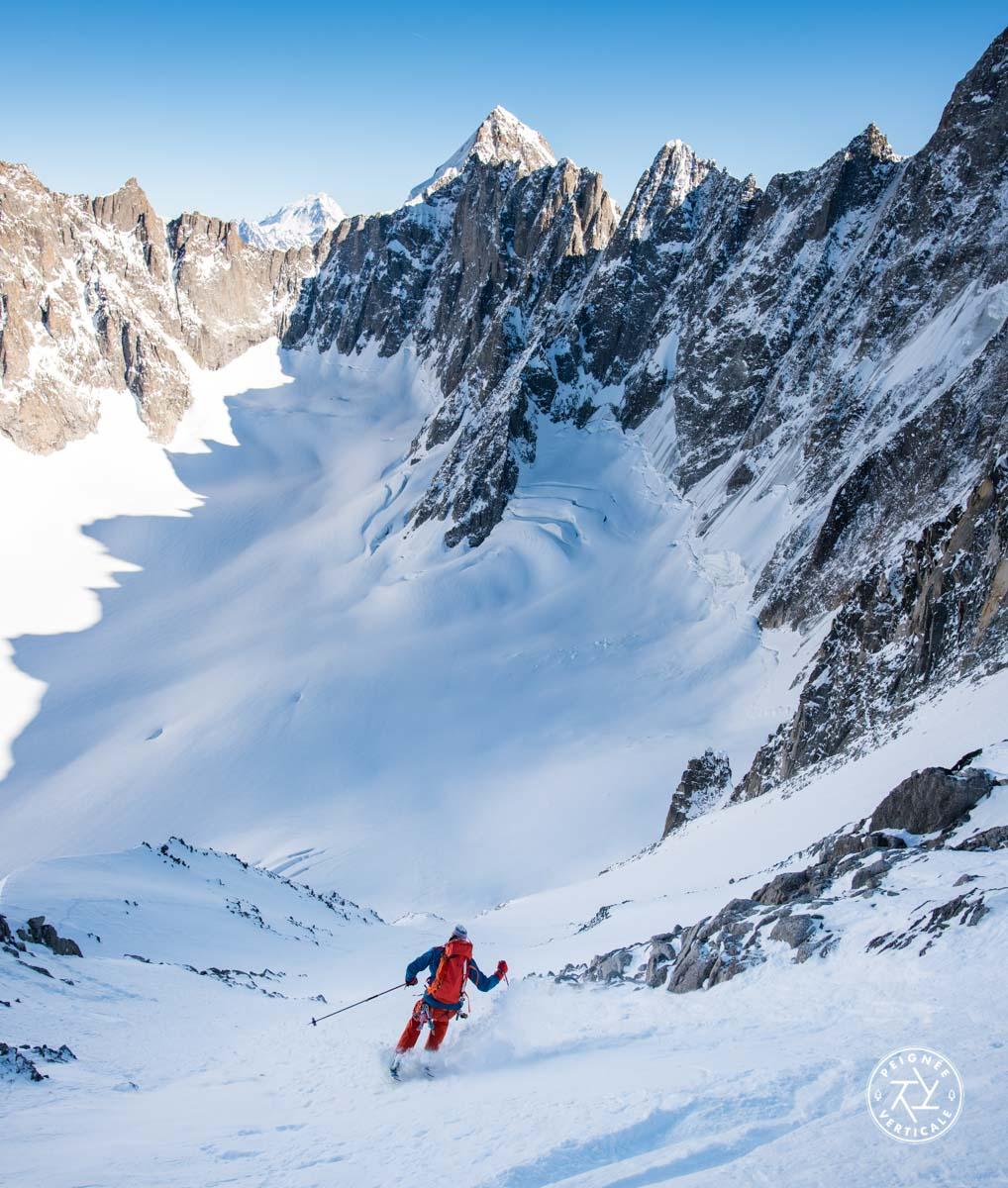 Virage sauté en pente raide en ski