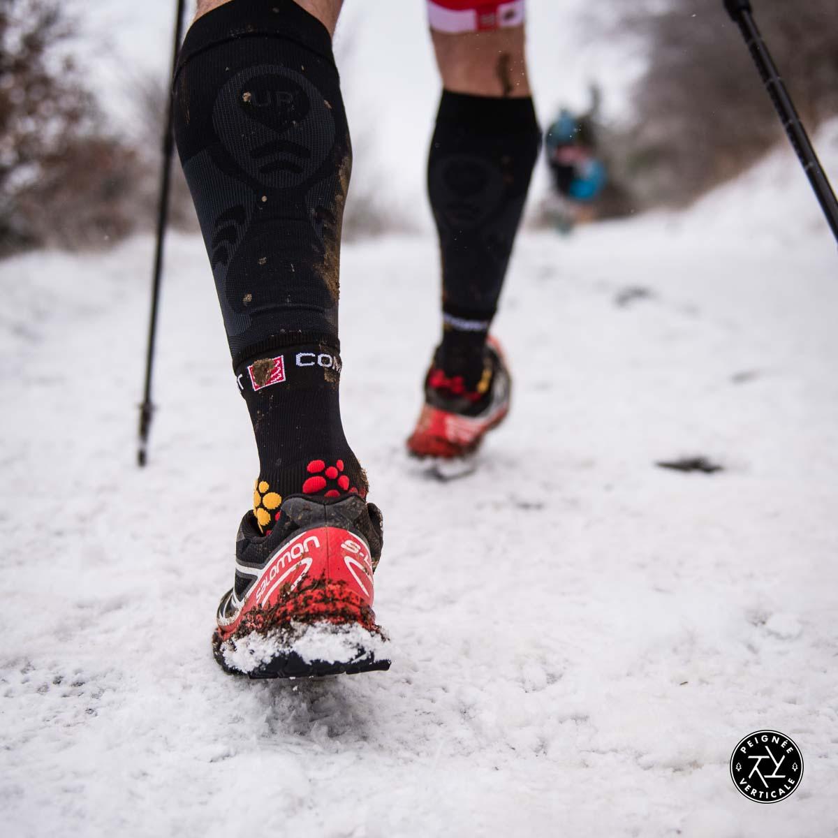 Gros plan sur des chaussures de Trail dans la neige