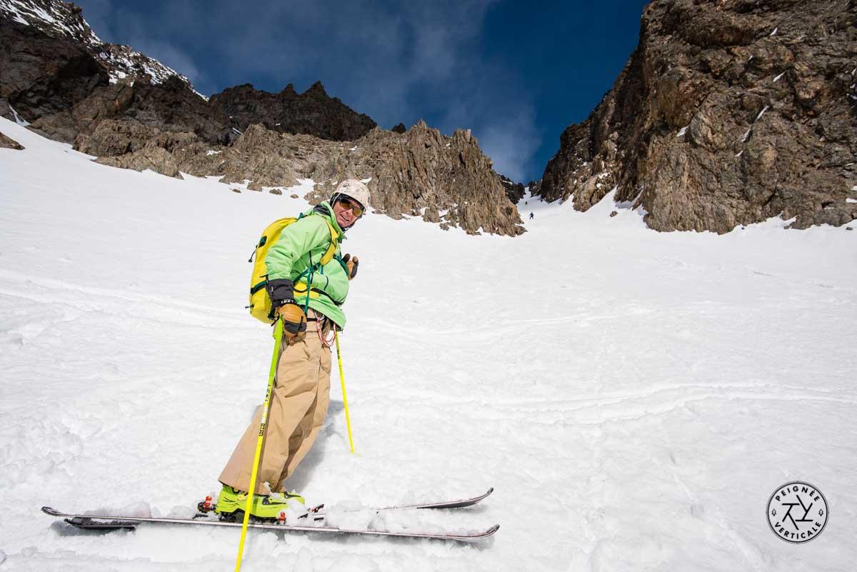 Descente de couloir raide à skis