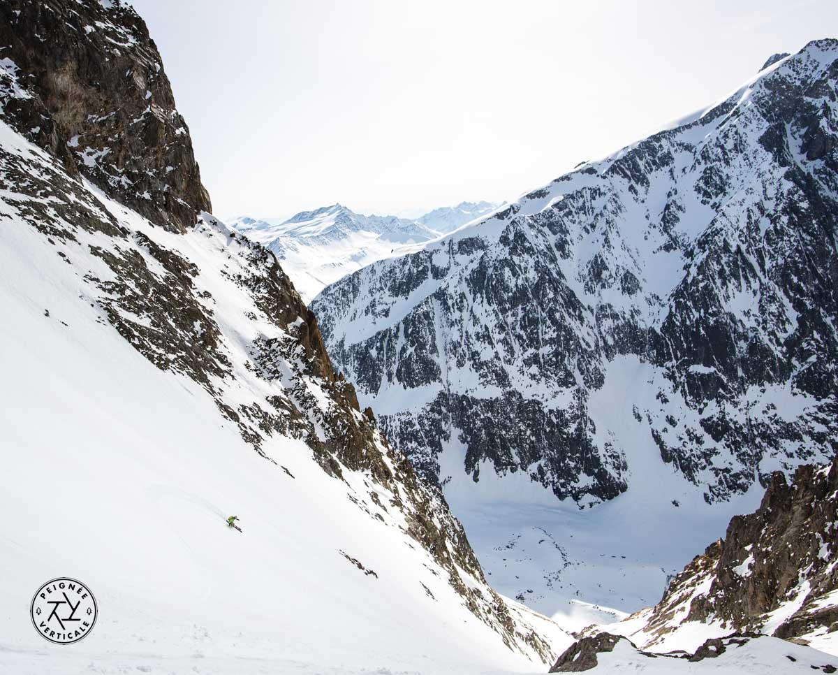 Skieur de pente raide dans le bassin du Miage