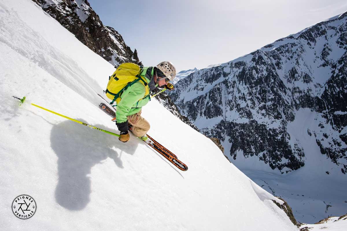 Skieur de pente raide en action