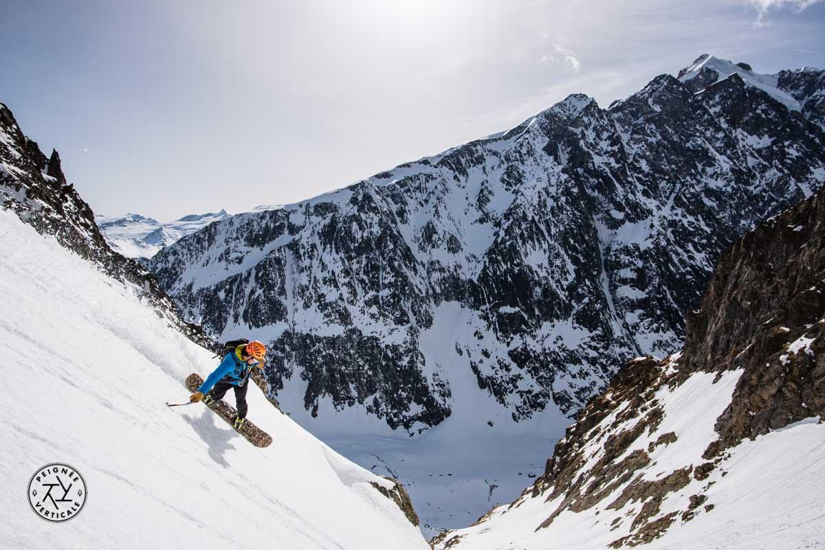 Snowboarder en pente raide dans le bassin du Miage