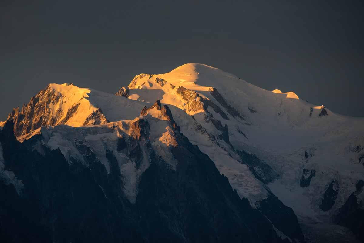 Mont-Blanc , ciel noir au lever de soleil