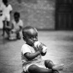 Regard intense d'un enfant à Madagascar