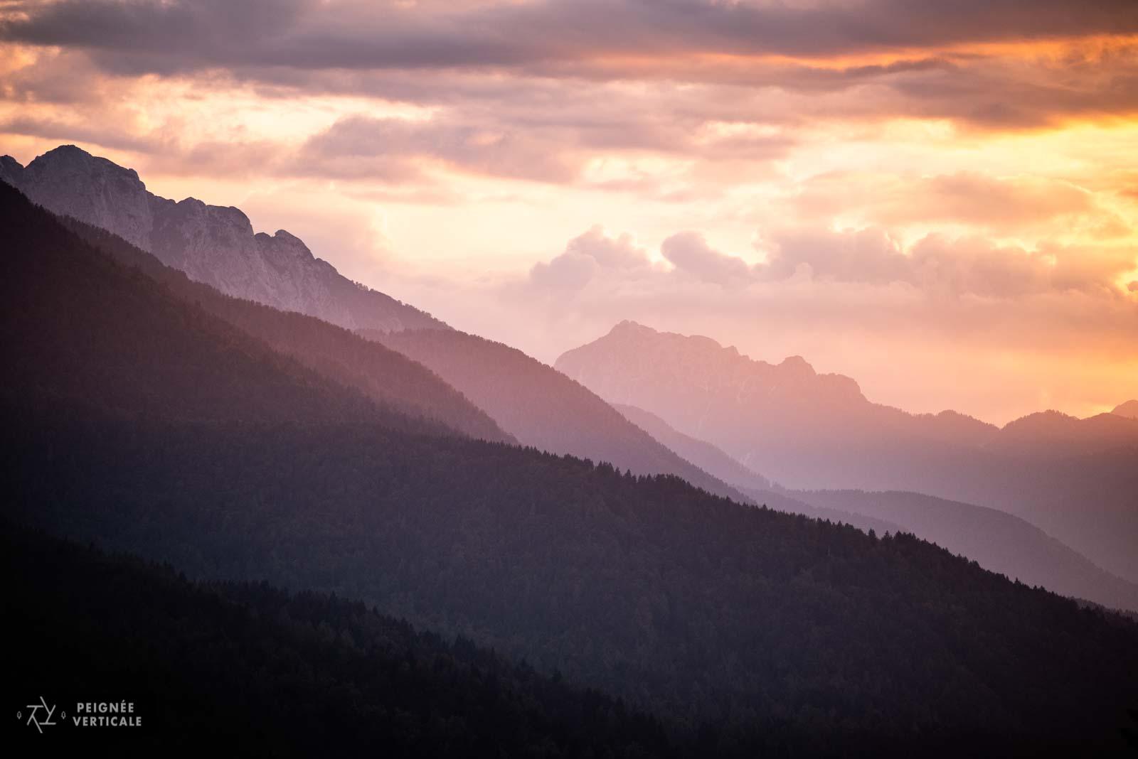 Lever de soleil sur les montagnes