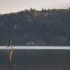Une femme courant sur le Lac d'Annecy