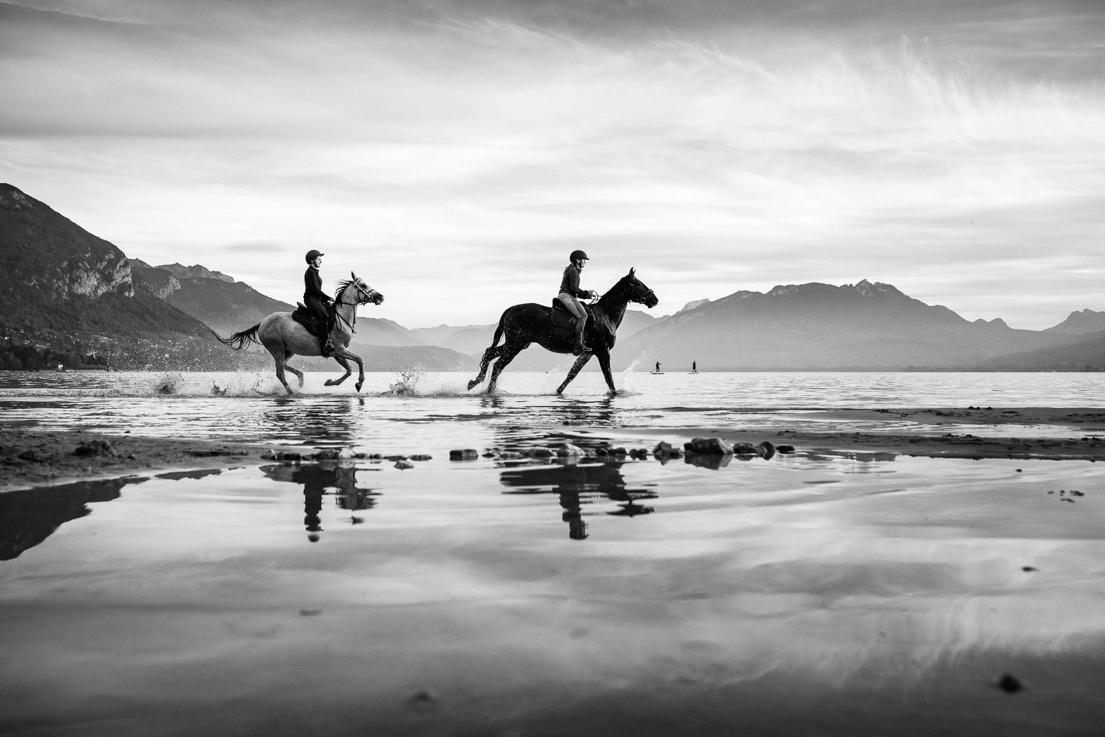 Cavalières et chevaux se promenant sur l'eau