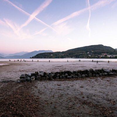 Passants marchant sur la plage du Paquier