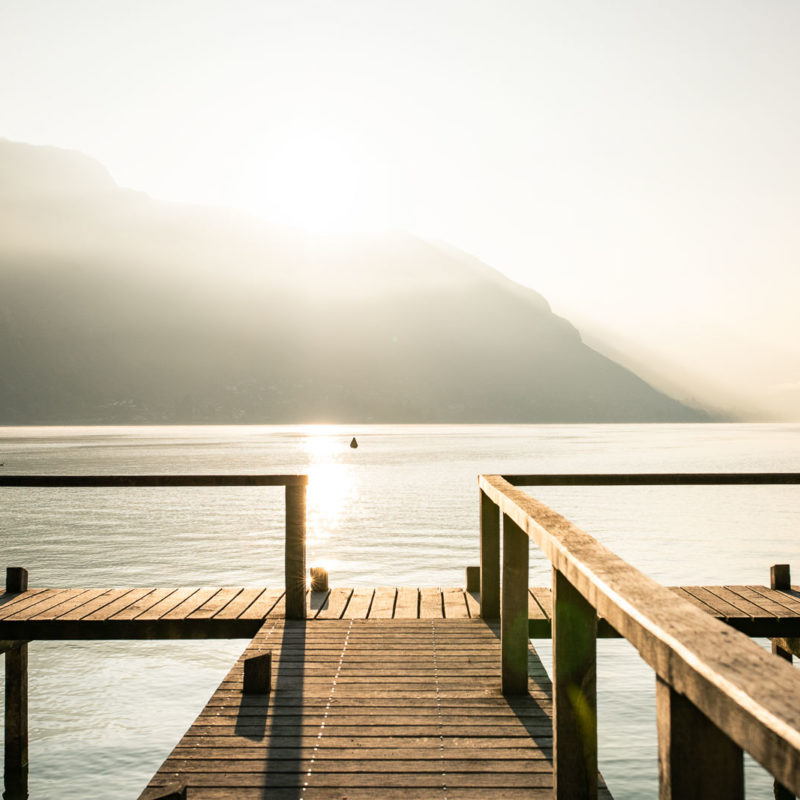 Ponton un niveau bas exceptionnellement bas du Lac d'Annecy