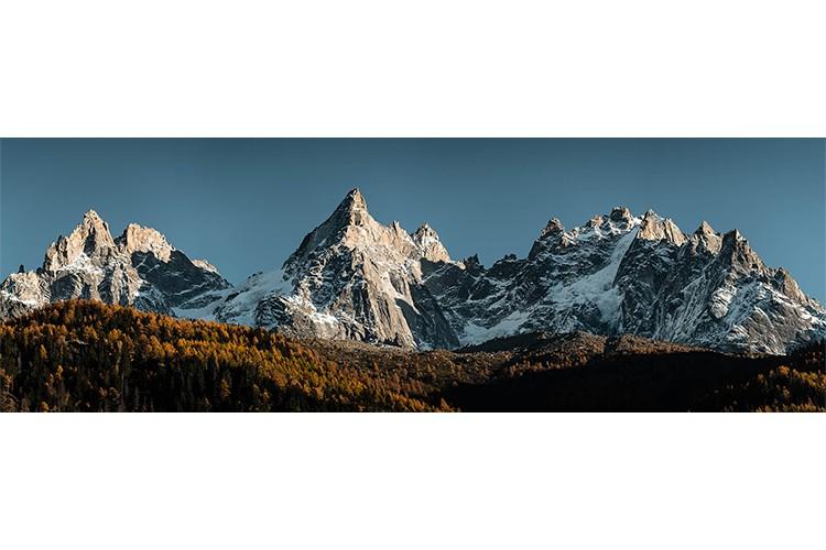 La célèbre skyline du Massif du Mont-Blanc et les intenses couleurs d'automne, Chamonix, France. Format panoramique.