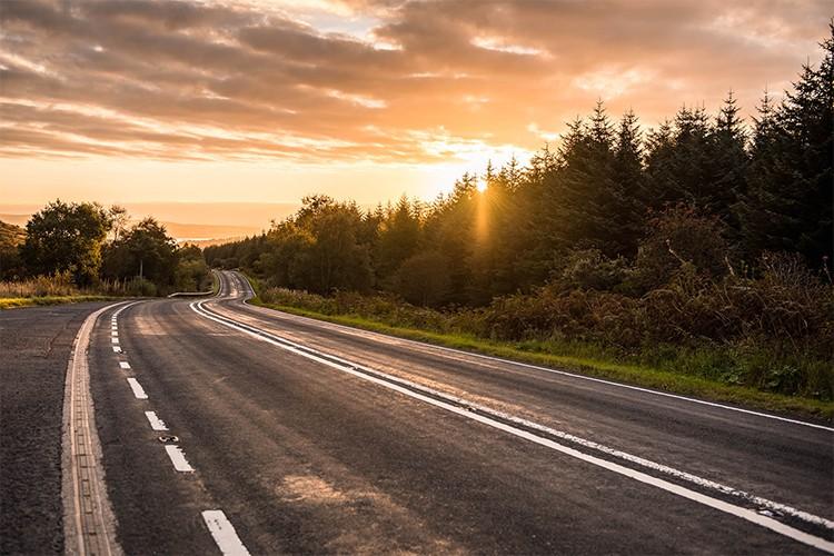 Soleil couchant dans la campagne des Highlands, Écosse. Format paysage.