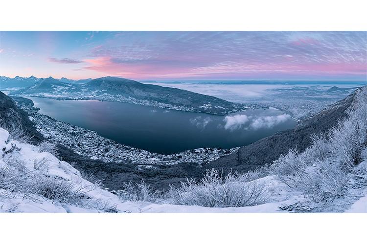 Lever de soleil du mois de janvier sur le lac, Annecy, France. Format panoramique.