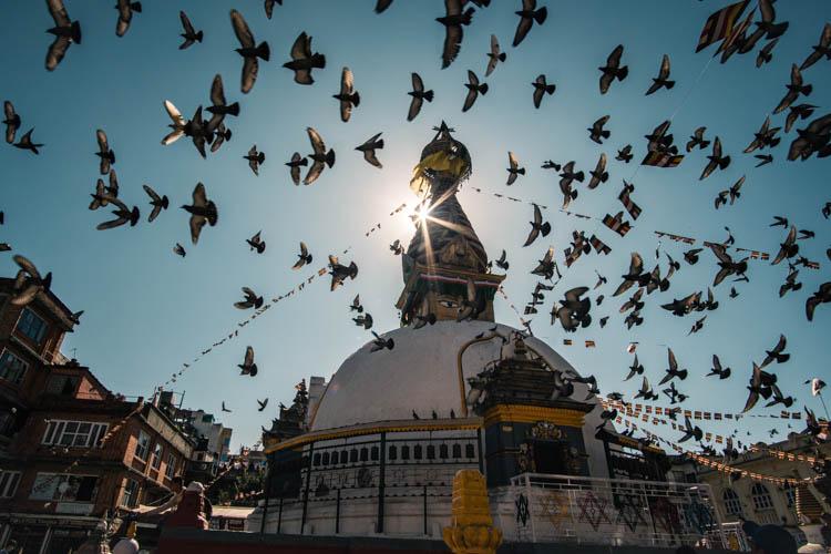 Une stupa dans un quartier du centre de Kathmandou, Népal. Format paysage.