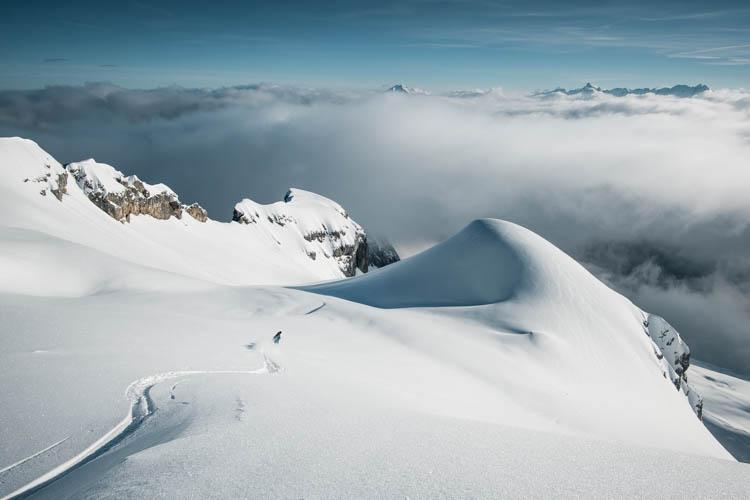 Skieur de randonnée récompensé par un réveil bien matinal sur les flancs de la Tournette, France. Format paysage.