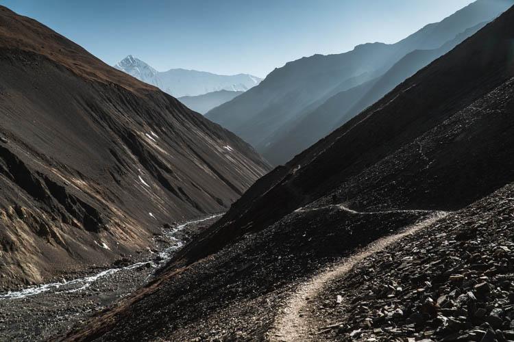 Chemin de trek à plus de 4500m d'altitude dans le massif des Annapurnas, Népal. Format paysage.
