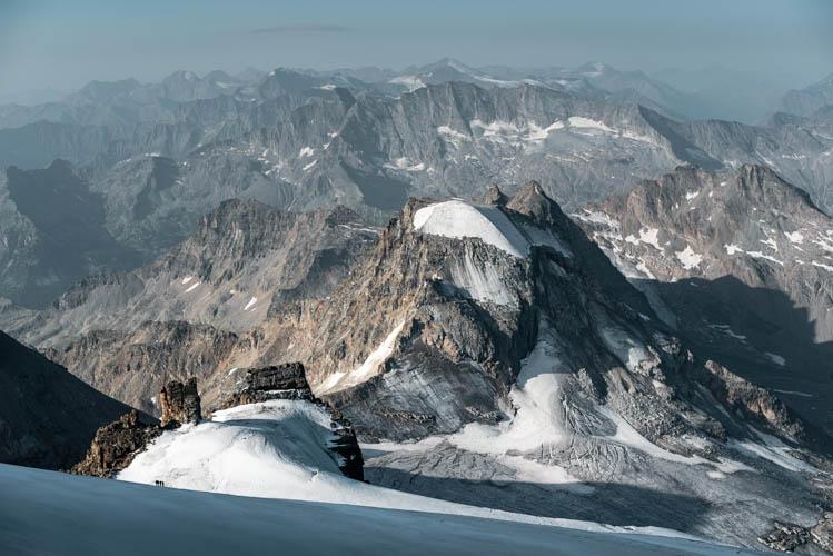 4 grimpeurs dans la rampe finale du Grand Paradis (4061m), Italie. Format paysage.