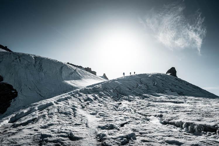 3 grimpeurs au croisement des glaciers de Laveciau et Emmanuel II au Grand Paradis, Italie. Format paysage.