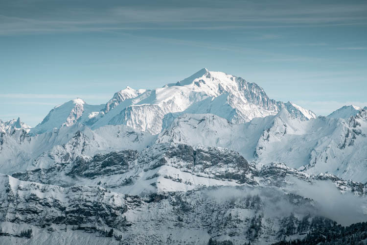 Premières neiges sur le Massif du Mont-Blanc depuis le Parmelan, France. Format paysage.