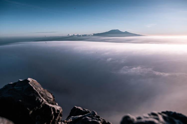Le Kilimanjaro émerge des nuages depuis le Mont Meru, Tanzanie. Format paysage.