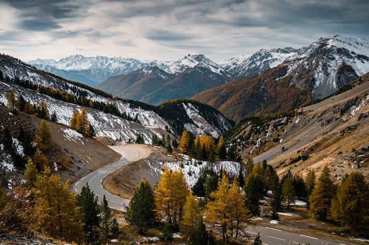 Les lacets du col de l'Izoard, paradis des cyclistes dans le Queyras, France. Format paysage.