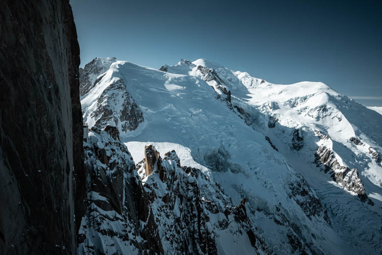 Lumières matinales sur le Massif du Mont-Blanc, France. Format paysage.