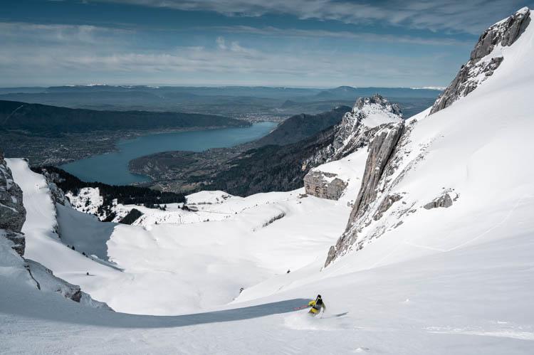 Skieur de randonnée sur les pentes de la Tournette, France. Format paysage.