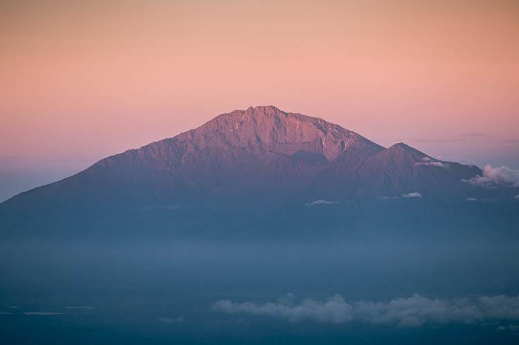 Dégradé matinal sur le Mont Meru, Tanzanie. Format paysage.