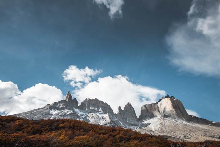 Vue du pied de sommets dans le parc des Torres del Paine, Chili. Format paysage.