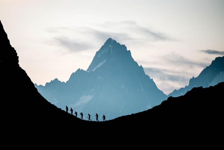 Groupe de coureurs de la course du 80km du Mont-Blanc, France Format paysage