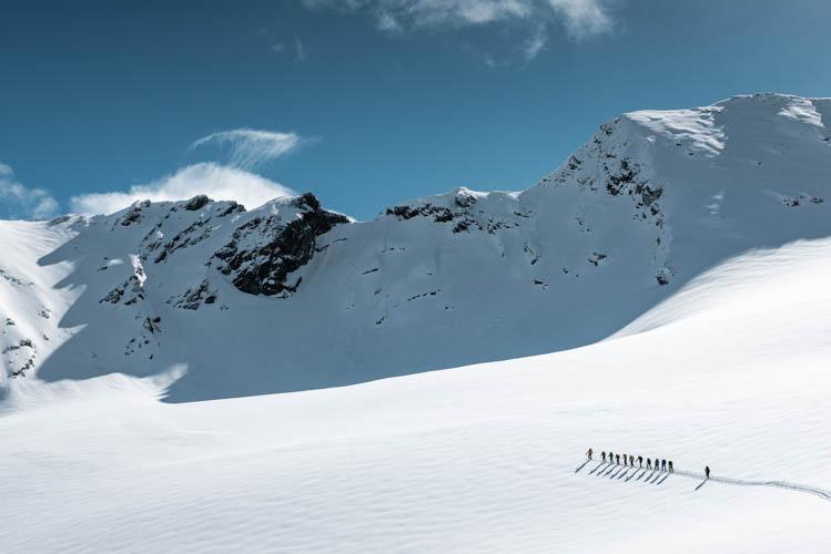 Groupe de randonneurs lors de la célèbre traversée Chamonix-Zermatt, Suisse Format paysage
