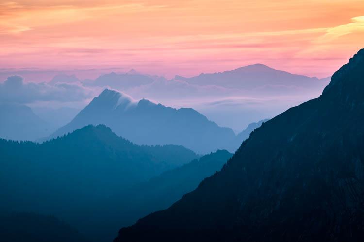 Aurore cotoneuse sur le Massif des Bauges depuis la Dent d'Arclusaz, France Format paysage