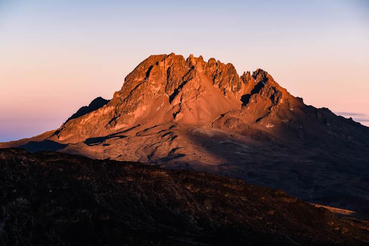 Le Mawenzi (2ème sommet d'Afrique) se réchauffe avant la nuit glaciale, Tanzanie. Format paysage.