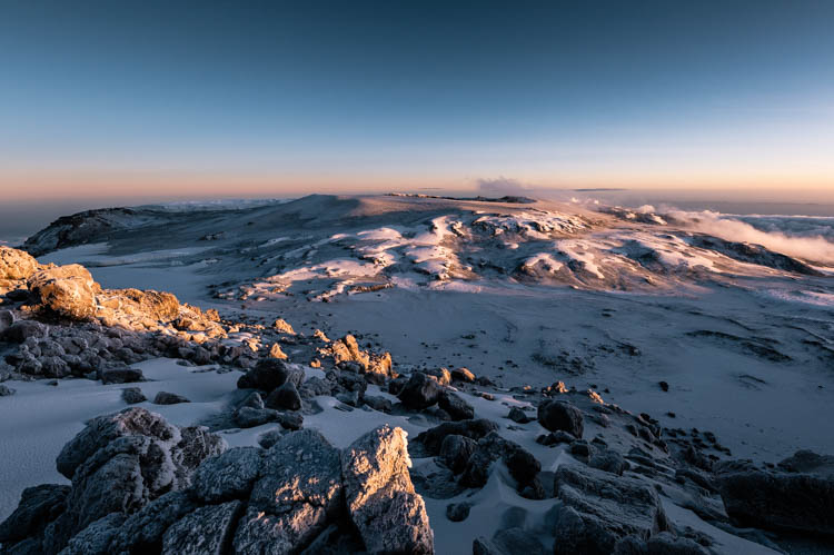 Lever de soleil sur le cratère du Kilimanjaro, Tanzanie. Format paysage.