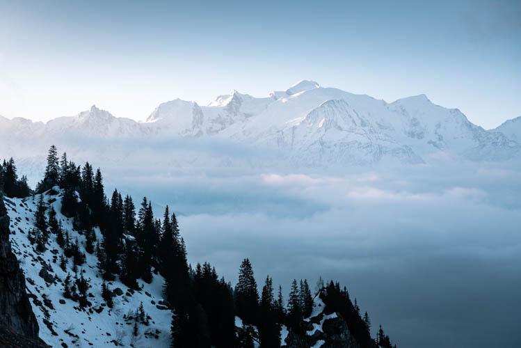 Lueurs rosées sur le Mont Blanc depuis Passy, France. Format paysage.