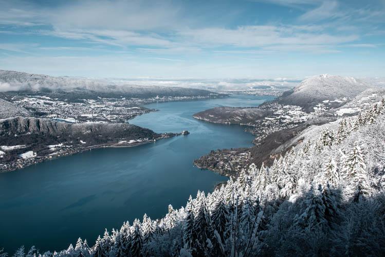 Lac d'Annecy enneigé au coeur de l'hiver depuis le Col de la Forclaz, France. Format paysage.