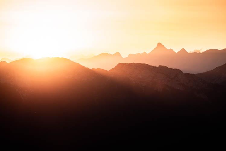 Premier rayon de soleil sur la Pointe Percée, point culminant des Aravis, France. Format paysage.