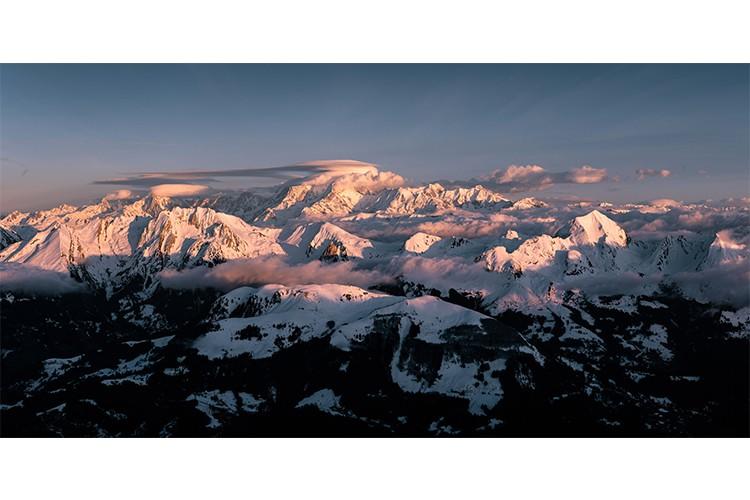 Lumière rosée sur le Massif du Mont-Blanc et le massif des Aravis, France Format panoramique
