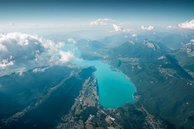 Vue aérienne du Lac d'Annecy depuis un ULM, à plus de 4.000m, France. Format paysage.