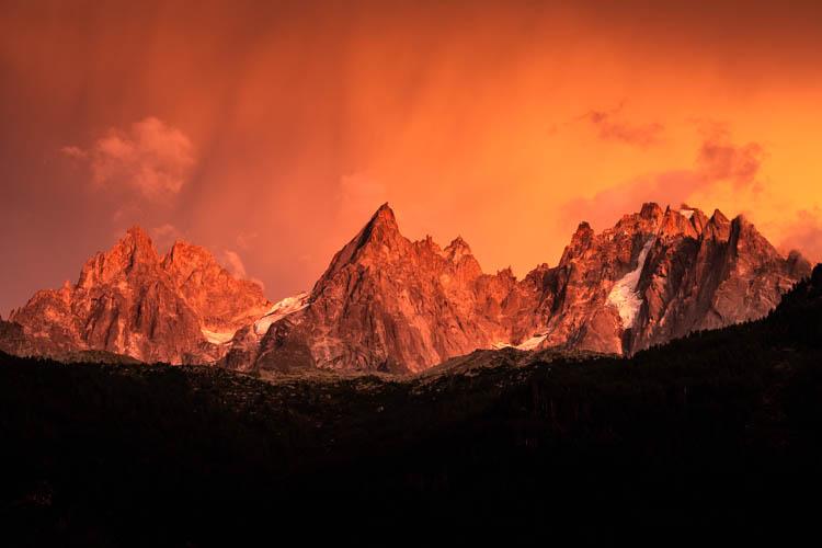 Les Aiguilles de Chamonix en plan large après un violent orage, France. Format paysage.