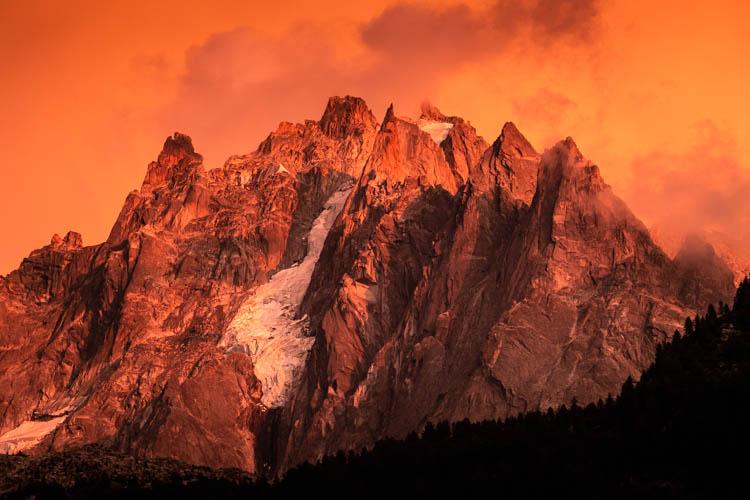 Les Aiguilles de Chamonix après un violent orage, France. Format paysage.