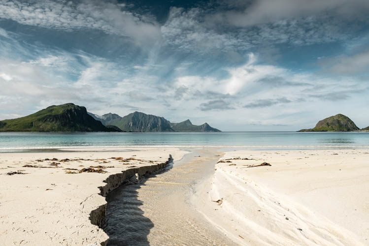 Plage de sable fin dans les Îles Lofoten, Norvège. Format paysage.
