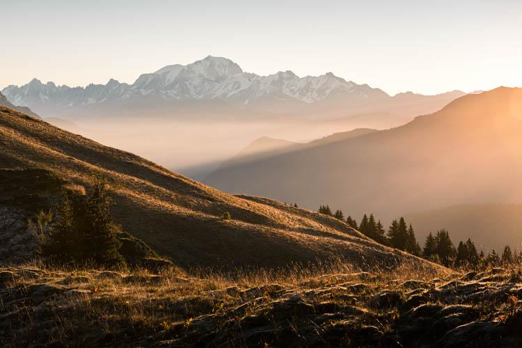 Lumière dorée sur le massif du Mont-Blanc depuis le Massif des Bauges, France. Format paysage.