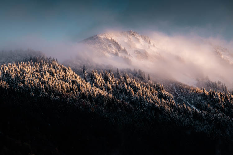 L'hiver s'invite en automne sur les pentes de la Dent de Cons, France. Format paysage.