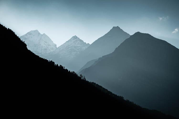 Contrastes au lever du jour en Himalaya, Népal. Format paysage.